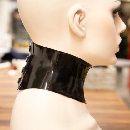 Latex kauluri sivulta kuvattuna